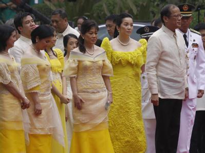 Auf den Philippinen ist der neue Präsident Benigno Aquino (r) vereidigt worden.