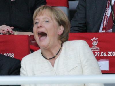 Bundeskanzlerin Angela Merkel beim Spiel Deutschland gegen Spanien im Finale  der EURO 2008 inWien (Archivfoto vom 29.06.2008). Merkel tippt jetzt auf 2:1 gegen Argentinien.