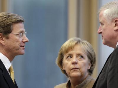 Bedenkliche Mienen bei FDP-Chef Westerwelle, Bundeskanzlerin Merkel und der CSU-Chef Seehofer: Die schwarz-gelbe Koalition geht mit schlechten Umfragewerten in die politische Sommerpause.
