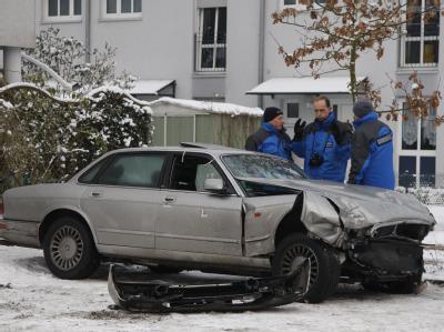 Kriminalbeamte stehen in Schönfließ bei Berlin neben dem Auto, in dem am Silvesterabend ein gesuchter Straftäter erschossen wurde (Foto vom 07.01.2009).