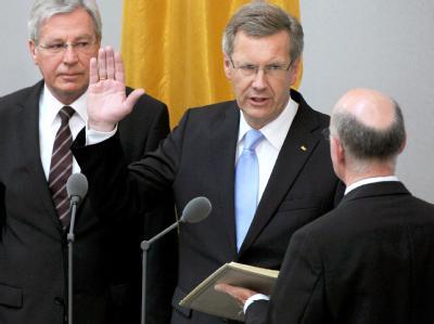 Der neue Bundespräsident Christian Wulff (CDU - M) legt vor Bundesrat und Bundestag im Plenarsaal des Bundestages seinen Amtseid auf das Grundgesetz ab.