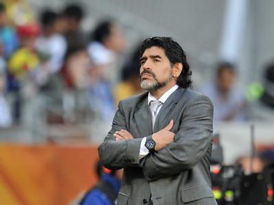 Diego Maradona schaut sich Spiel seiner Argentinier an.