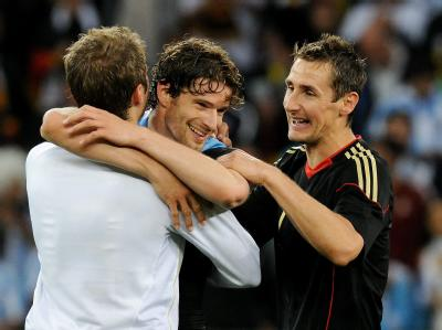 Fallen sich in die Arme nach dem Sieg über Argentinien: Thomas Mueller (L), Arne Friedrich (C) and Miroslav Klose.