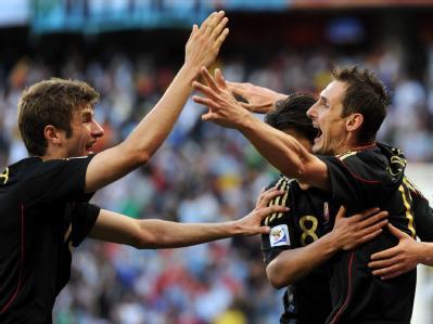 Miroslav Klose (R) freut sich mit Mesut Özil und Thomas Müller über einen Treffer gegen Argentinien.
