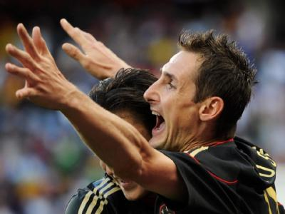 Miroslav Klose freut sich über einen Treffer.