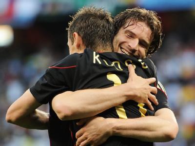 Miroslav Klose und Arne Friedrich freuen sich über den Sieg.