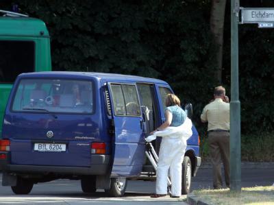 Beamte der Mordkommission und der Spurensicherung vor einem Waldstück in Berlin.