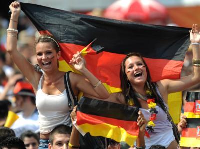 Fußballfans feiern die deutsche Nationalmannschaft beim Public Viewing in der Innenstadt von Frankfurt am Main.