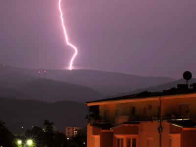 Ein Blitz schlägt auf dem Schauinsland bei Freiburg ein. Gewitter haben die Hitzewelle in Baden-Württemberg erst einmal gestoppt.