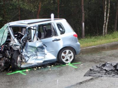 Bei einem Frontalzusammenstoß zweier Autos in Sachsen-Anhalt sind zwei Menschen ums Leben gekommen - und im Kofferraum eines Wagens lag eine Leiche.