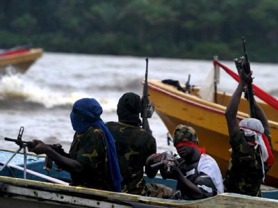 Bewaffnete Rebellen des Movement for the Emancipation of the Niger Delta (MEND) im Niger Delta (Archivfoto vom 18.09.2008). Bei einem Piratenangriff auf ein Handelsschiff vor der nigerianischen Küste sind zwei deutsche Seeleute entführt worden.