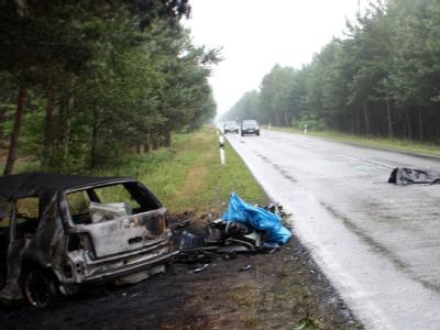 Ein verunglückter Pkw und ein abgedeckter Leichnam liegenauf der Bundesstraße bei Dolle in Sachsen-Anhalt.