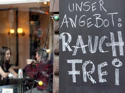 Zwei Frauen sitzen in einem rauchfreien Cafe in Köln. (Archivbild)