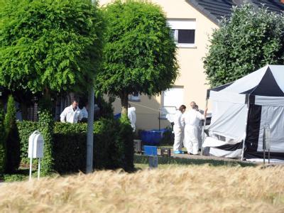 Polizisten und Gerichtsmediziner untersuchen den Tatort in Flaxweiler.