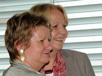 NRW-SPD-Chefin Hannelore Kraft (r) und Sylvia Löhrmann, Fraktionsvorsitzende der Grünen. Der Koalitionsvertrag für eine rot-grüne Minderheitsregierung steht.