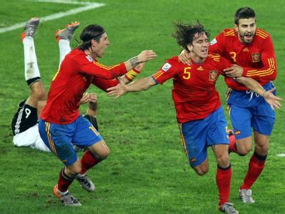 Carlos Puyol (M.) jubelt mit Sergio Ramos (l.) und Gerard Pique über sein Führungstor im Halbfinale gegen Deutschland.