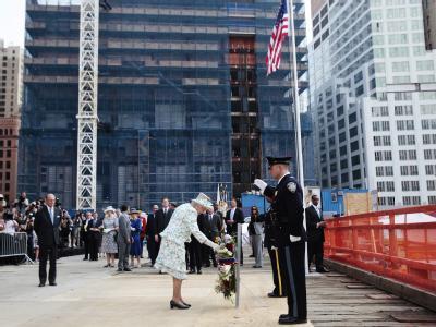 Die britische Königin Elizabeth II. hat einen Kranz am Ground Zero niedergelegt.