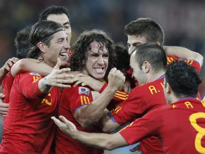 Spanische Spieler bejubeln das 1-0 von Carlos Puyol (m) gegen die DFB-Elf.