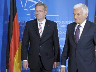 Bundespräsident Wulff zu Besuch beim Europarlament: Parlamentspräsident Jerzy Buzek heißt ihn willkommen.
