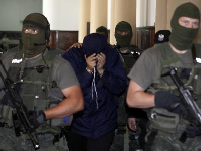 Der Verdächtige Mossad-Agent wird abgeführt: Er soll von Deutschland aus Vorbereitungen für ein Attentat auf einen Hamas-Führer in Dubai getroffen haben.