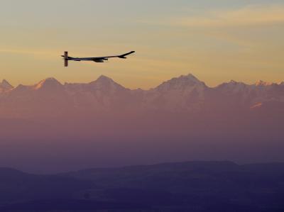 Solarflugzeug auf Nachtflug