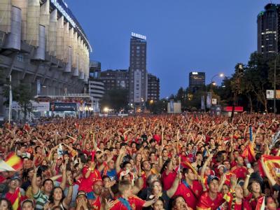 Spanische Fans feiern vor dem Bernabeu-Stadion in Madrid den Sieg ihrer Nationalmannschaft.
