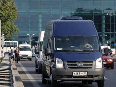 Ein Wagen mit den ausgetauschten russischen Spionen in Moskau.