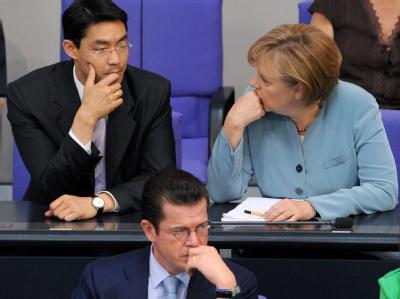 Ratlose Unionspolitiker: Bundeskanzlerin Merkel, Gesundheitsminister Rösler und Verteidigungsminister zu Guttenberg im Bundestag.