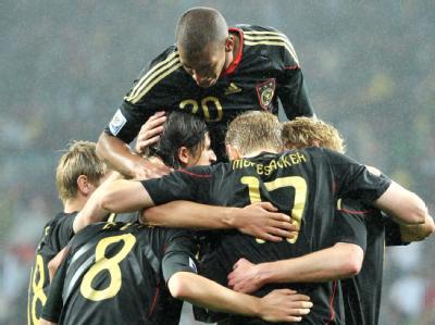 Sami Khedira wird von seinen Teamkameraden nach seinem Treffer gefeiert.
