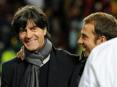 Versöhnlicher Abschluss: Joachim Löw (l) und Co-Trainer Hansi Flick in gelöster Stimmung nach der gewonnenen Partie gegen Uruguay.