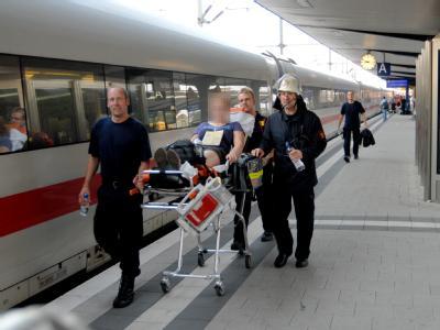 Dramatisches Ende einer Klassenfahrt: Rettungskräfte versorgen eine kollabierte Schülerin am Bahnhof in Bielefeld.