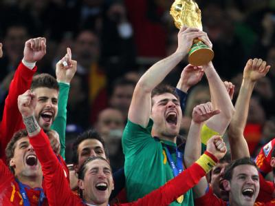 Die spanische Nationalmannschaft feiert ausgelassen.