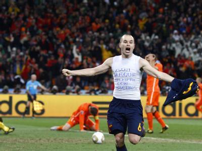 Andres Iniesta feiert den Sieg Spaniens.
