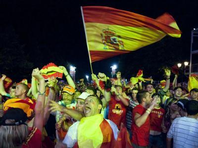 Spanische Fans feiern auf der Fanmeile in Berlin ausgiebig den WM-Erfolg.
