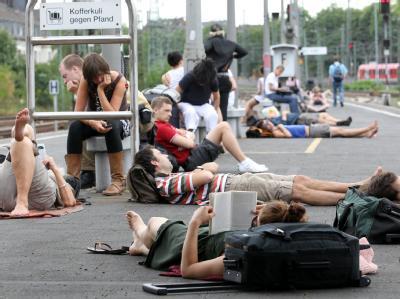 Bahnverkehr wegen Unwetter eingestellt: Reisende warten auf dem Düsseldorfer Hauptbahnhof auf ihre Züge.