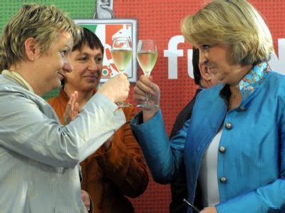 Die nordrhein-westfälische SPD-Vorsitzende Hannelore Kraft r) und Sylvia Löhrmann (l) von den Grünen stossen am Montag (12.07.2010) in Düsseldorf nach der Unterzeichnung des nordrhein-westfälischen Koalitionsvertrags zwischen SPD und Grünen mit einem Glas
