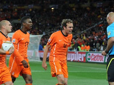 Sneijder, Elia und Mathijsen (v. l. nach r.) beschweren sich beim Referee Webb.