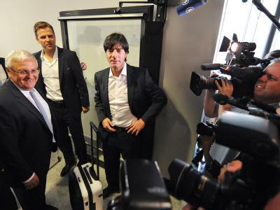 Angekommen: DFB-Präsident Theo Zwanziger (l-r), Team-Manager Oliver Bierhoff und Bundestrainer Joachim Löw verlassen am Montag auf dem Flughafen Frankfurt am Main den Airbus A380 der Lufthansa, der die deutsche Fußball-Nationalmannschaft zuvor aus Südafri