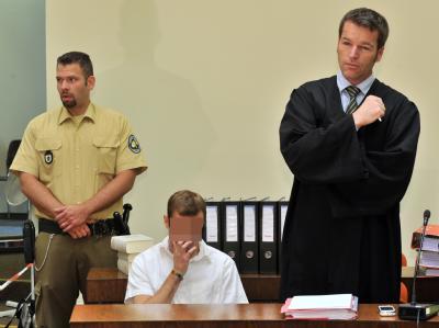 Der Angeklagte Sebastian L. (M) auf der Anklagebank des Landgerichts München: Zehn Monate nach dem Mord an dem Manager Dominik Brunner hat der Prozess gegen zwei junge Männer begonnen. Der damals 17 Jahre alte Sebastian und der 18-jährige Markus sollen Br