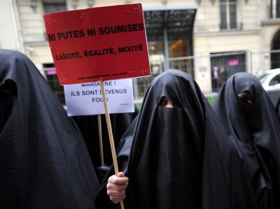 Pariser Frauen demonstrieren im Januar 2010 gegen ein Burka-Verbot. (Archivbild)