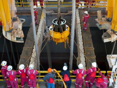Ein Abdeckungszylinder an Bord der Transocean Discoverer Inspiration (Archivbild: BP-Handout). Der Konzern verschiebt den Belastungstest für eine neue Abdichtung über dem Ölleck.