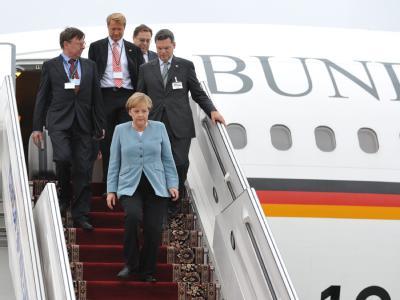 Bundeskanzlerin Merkel verlässt in Jekaterinburg die Regierungsmaschine.