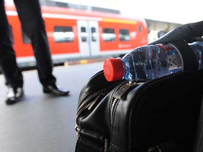 Wasserflasche als Reisegep�ck in der Bahn