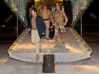 Verteidigungsminister Karl Theodor zu Guttenberg kommt im Feldlager Masar-I-Scharif der Bundeswehr an.