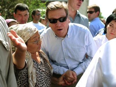 Außenminister Guido Westerwelle (FDP) besucht ein Wohnviertel in Osch (Kirgistan), das von ethnischen Unruhen betroffen war.