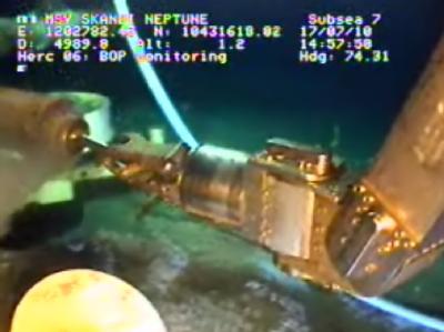 Video-Handout von den Arbeiten am defekten BP-Bohrloch im Golf vom Mexiko. Die provisorisch abgedichtete Ölquelle hält zunächst.