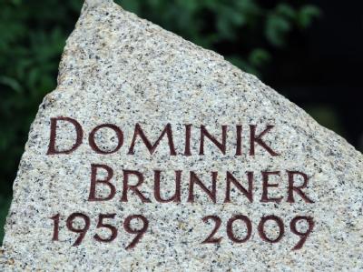 Der Grabstein von Dominik Brunner auf dem Friedhof in Ergoldsbach (Niederbayern).