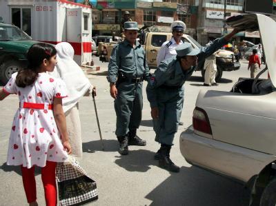Höchste Sicherheitsstufe vor der Afghanistan-Konferenz in Kabul: Sicherheitskräfte kontrollieren ein Auto.