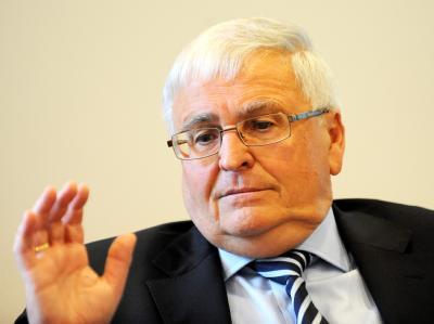 DFB-Präsident Theo Zwanziger: «Ähnlich wie der Bundestrainer zuvor beginne ich jetzt mit den Überlegungen: Was ist für den Verband richtig und was ist für mich persönlich wichtig?» (Archivbild)