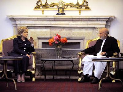 Der afghanische Präsident Hamid Karsai im Gespräch mit US-Außenministerin Clinton.